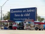 Espectacular localizado en el Estadio Olímpico Benito Juárez alienta a la ciudadanía a no perder la esperanza, al mismo tiempo vendedores se preparaban para ofrecer sus servicios a los Juarenses. (Kimberly Martinez/Borderzine.com)