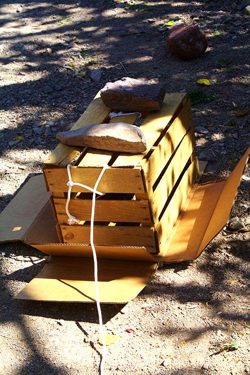 Trap: crate, cartón, rocks and rope. (Cheryl Howard/Borderzine.com)