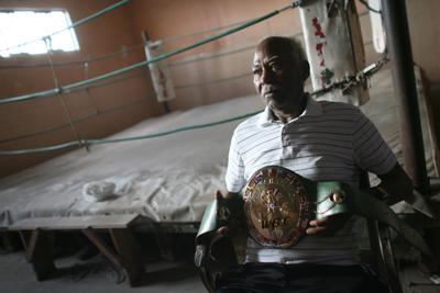 """José """"Mantequilla"""" Nápoles muestra uno de sus cinturones que lo acreditan cono campeón. (Jesús Alcázar/Somosfrontera.com))"""