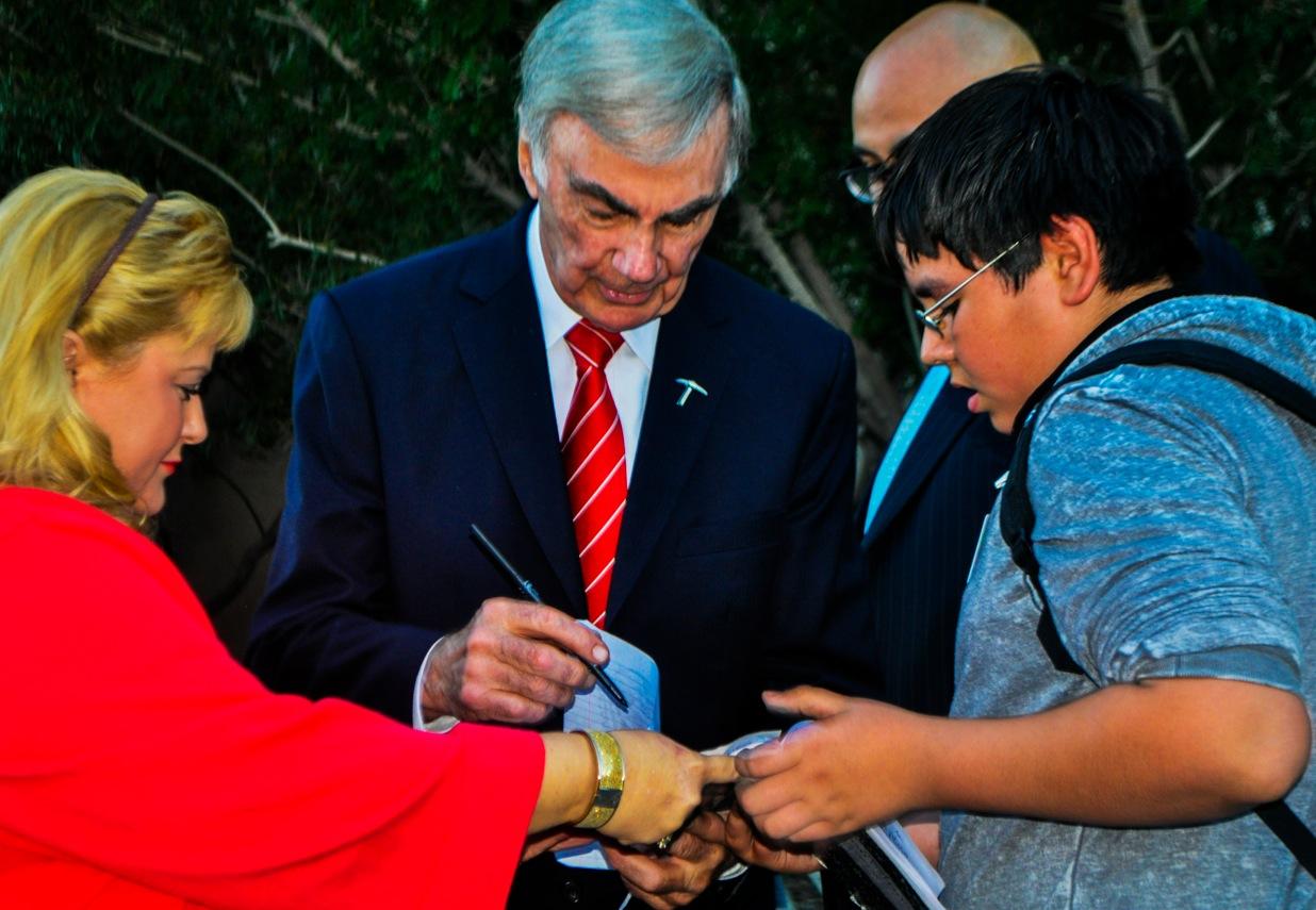 Sam Donaldson signs autographs before his lecture at UTEP on October 23. (Yvette Kurash/Borderzine.com)
