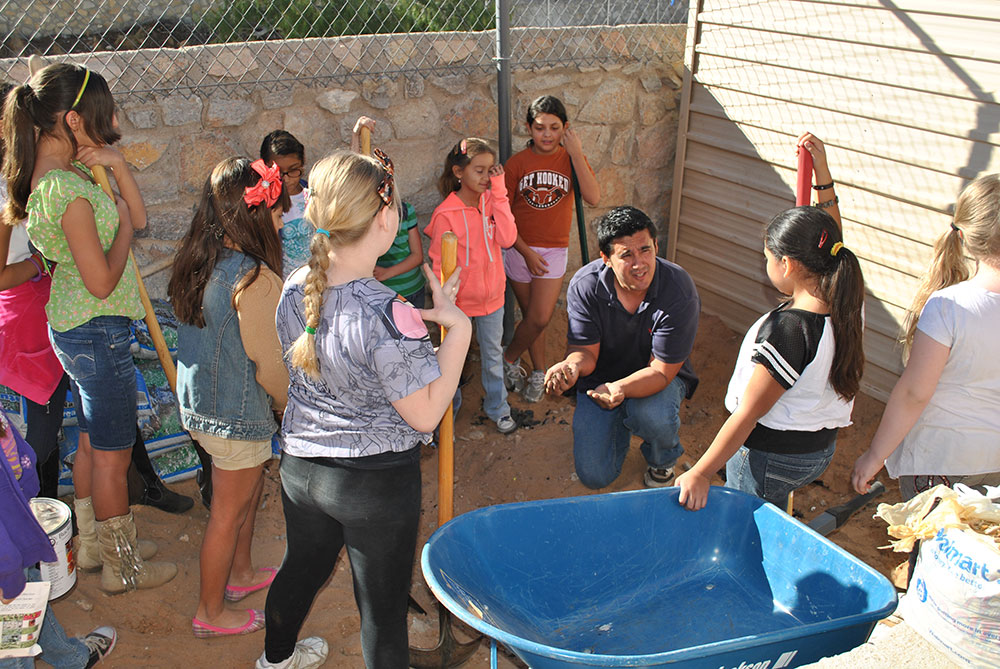 Carlo Mendo, co-founder of EPPG, explains the basics of permaculture to students of Somerset Charter School. (Josue Moreno/Borderzine.com)