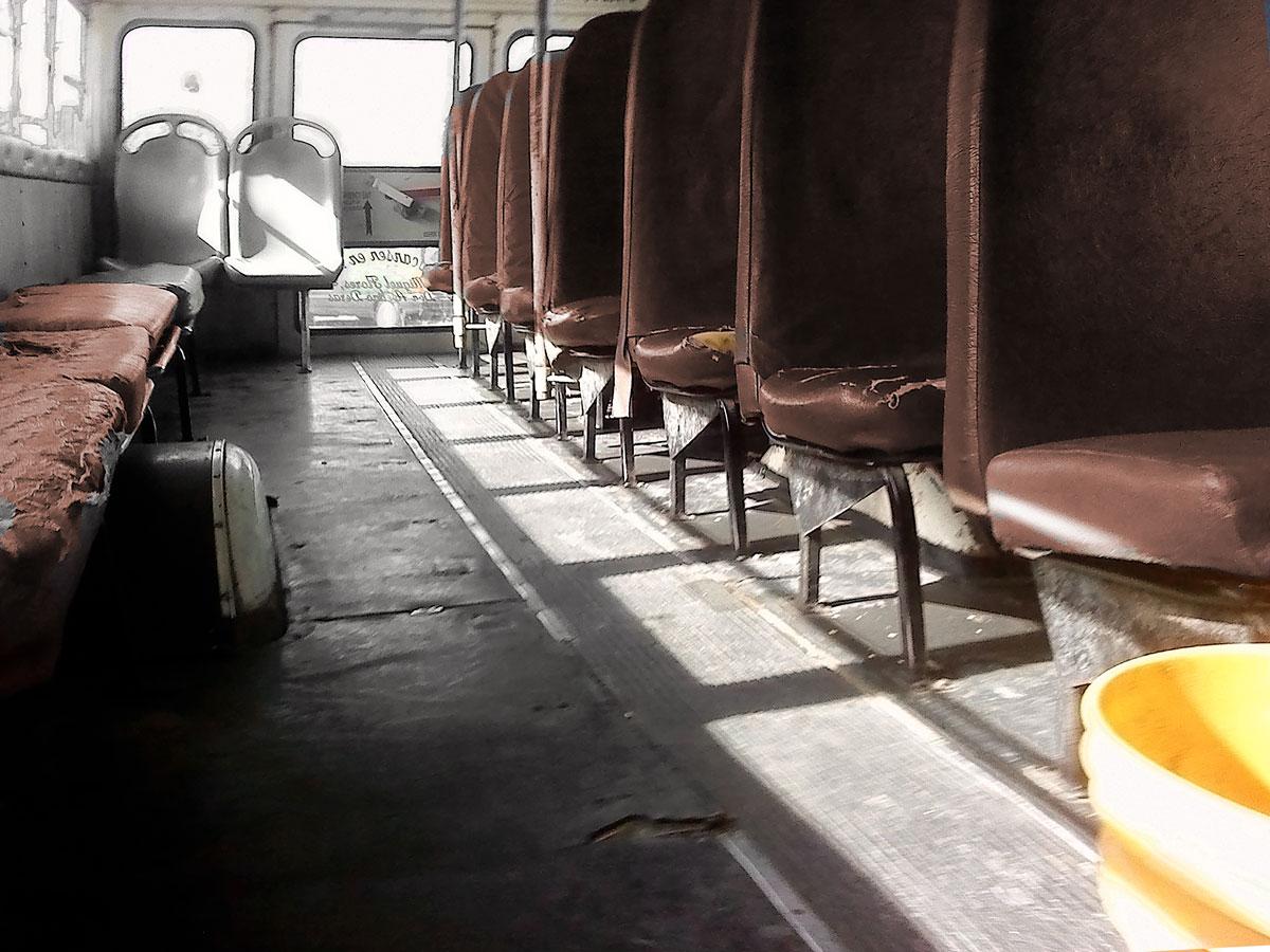 Las unidades que prestan servicio público no solo son incómodas e inadecuadas sino que además requieren de mantenimiento. (Fernando Aguilar Carranza/Borderzine.com)
