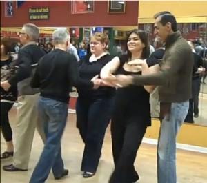 Instructor de salsa, Miguel Méndez, y estudiante, Elsa Artega, practican nuevos pasos. (Karen M. Herrejon/Borderzine.com)
