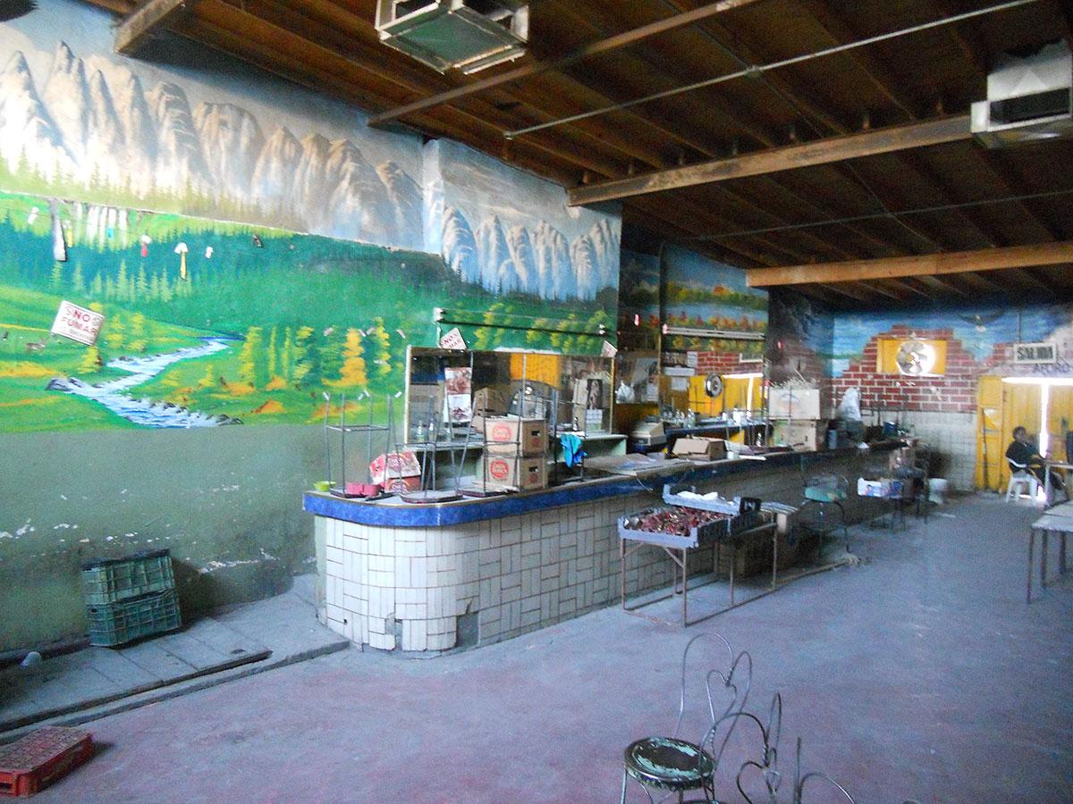Lo poco que queda del mobiliario de Cruz Blanca muestra el deterioro del local. Muchas de las cantinas en el Centro Histórico de Ciudad Juárez están en similar estado. (Miguel Ángel Silerio Ortega/Borderzine.com)