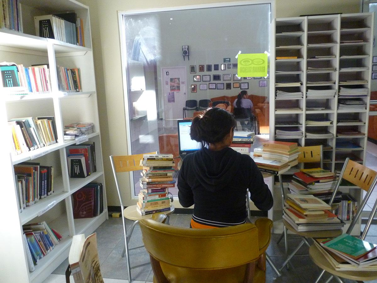 Entre los numerosos servicios que presta Casa Amiga se encuentra el de una biblioteca abierta para la comunidad. (Verónica Domínguez Ogaz/Borderzine.com)