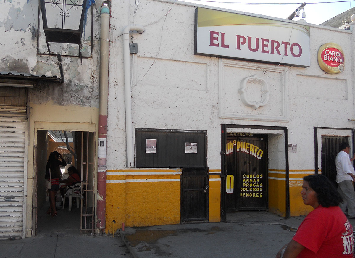 Entrada el hotel París (izquierda) en el centro de Ciudad Juárez. (José Abraham Rubio Zamora/Borderzine.com)