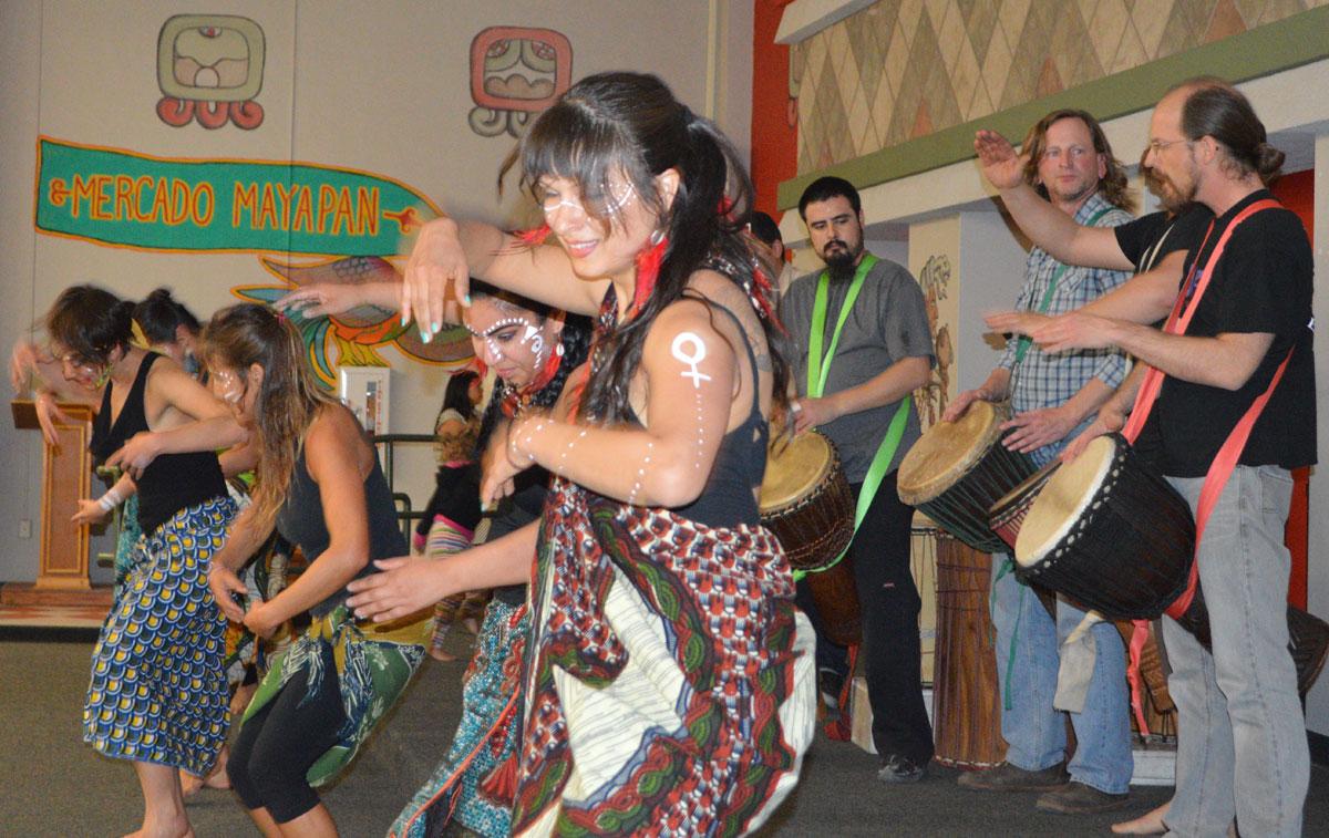 El grupo de baile y percusión africana, Patambores, animó el ambiente en El Mercado Mayapán. (Yuritzy Ramos/Borderzine.com)