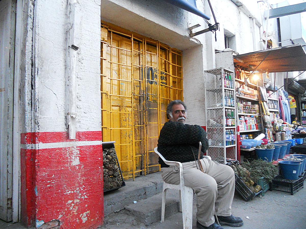 Miguel Ángel Silerio Mendoza vive de la renta de dos puestos de venta de yerbas medicinales situados en el frente de lo que fuera su cantina Cruz Blanca. (Miguel Ángel Silerio Ortega/Borderzine.com)