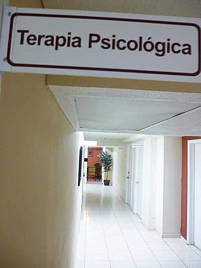 Existen varios tipos de violencia, explica María Villa, psicóloga de Casa Amiga. (Verónica Domínguez Ogaz/Borderzine.com)