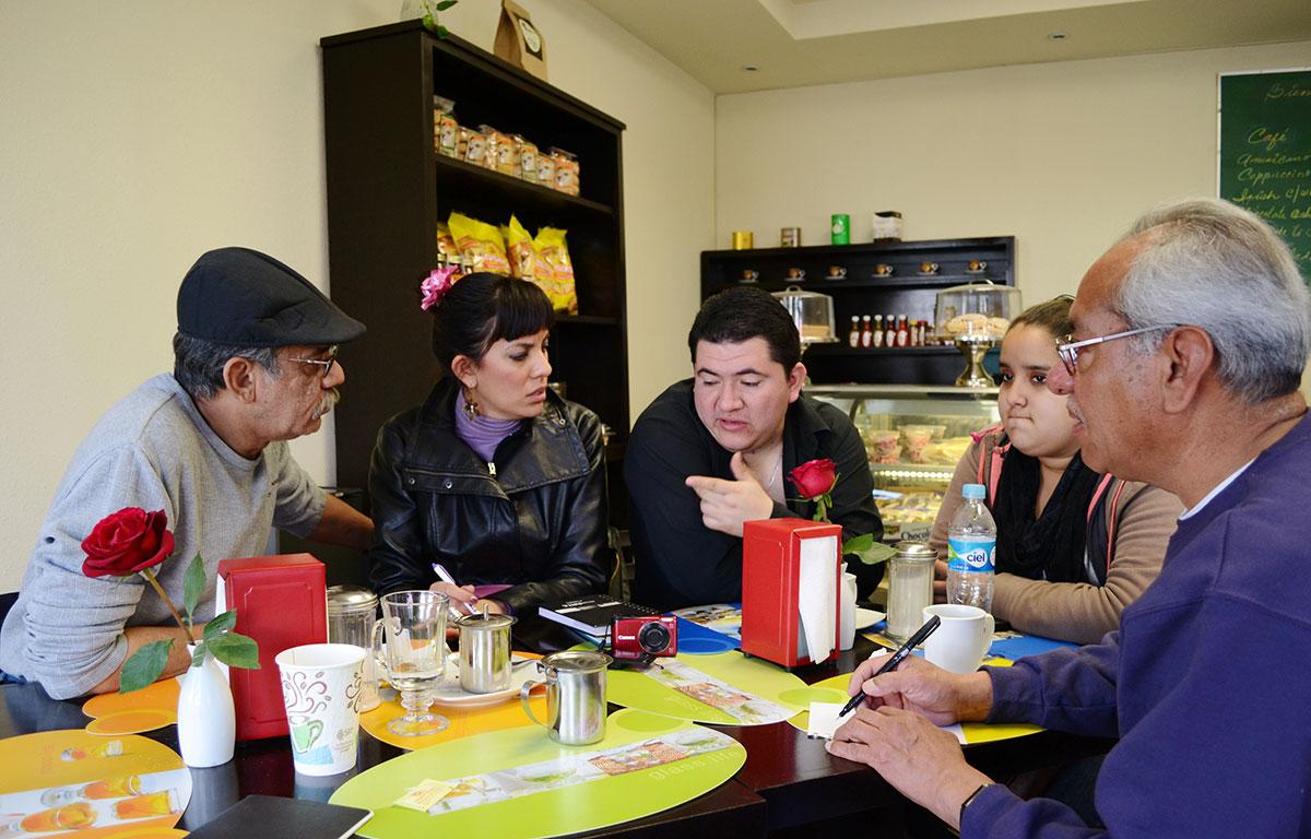 """El grupo """"Juarez de mis recuerdos"""" se reúne en el café cada semana para discutir planes para su asociación. (Cristina Esquivel/Borderzine.com)"""