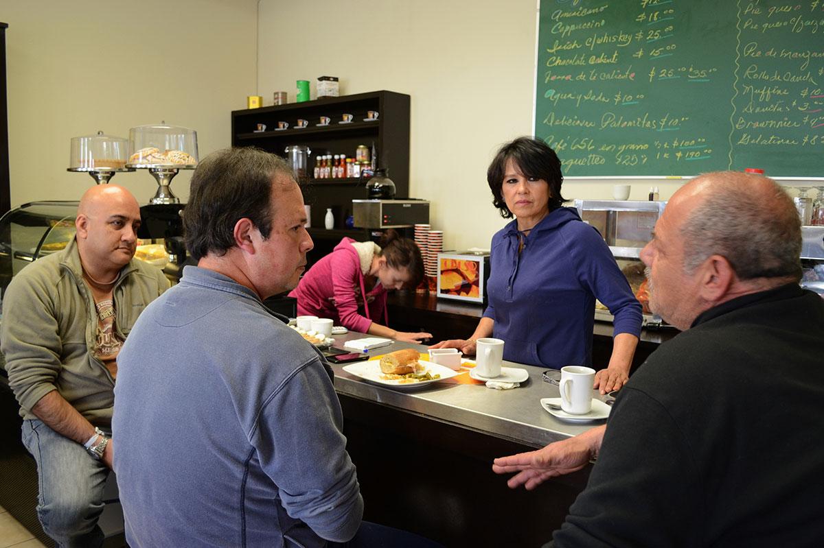Socorro Arredondo, dueña de Tienda Chihuahua conversando con clientes frecuentes del café. (Cristina Esquivel/Borderzine.com)