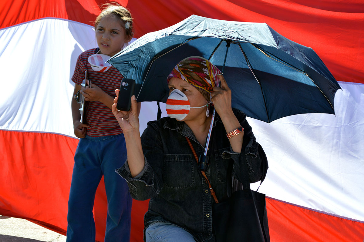 Protestors wore red and white shirts or masks at an April 6 protest. (Sarah A. Duenas/Borderzine.com)
