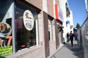 Peatones caminan por un estrecho camino enseguida de Tienda Chihuahua, debido a las renovaciones que se están haciendo a la Avenida Juárez. (Cristina Esquivel/Borderzine.com)