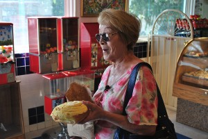 "Chole Saldaña has been buying ""esponjas"" for 30 years. (Pablo Hernández-Batista/Borderzine.com)"