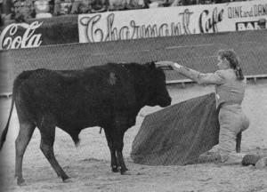 Desplante con adorno. Fue la primera vez que McCormick tocó un cuerno de toro. ( ©Henry Holt & CO.)