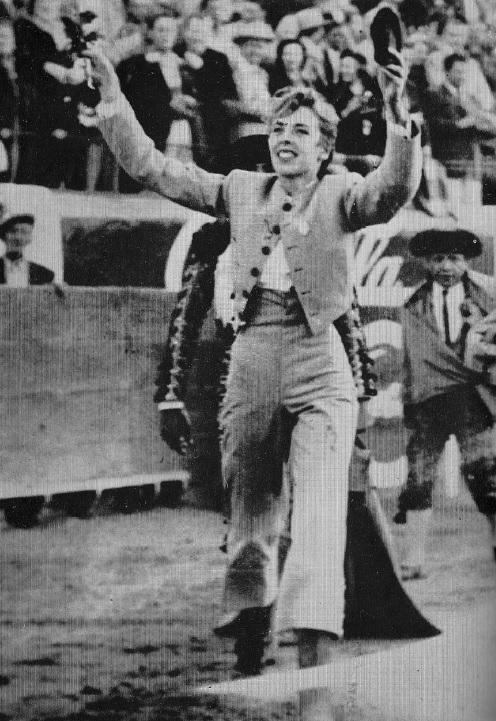 McCormick enseña las dos orejas que le fueron premiadas en su debut en la Plaza de Toros Samaniego. (©Henry Holt & CO.)
