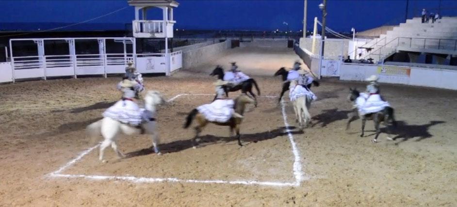 Un equipo de escaramuzas hace una demostración en un lienzo de El Paso. (Jessica Salcedo/Borderzine.com)