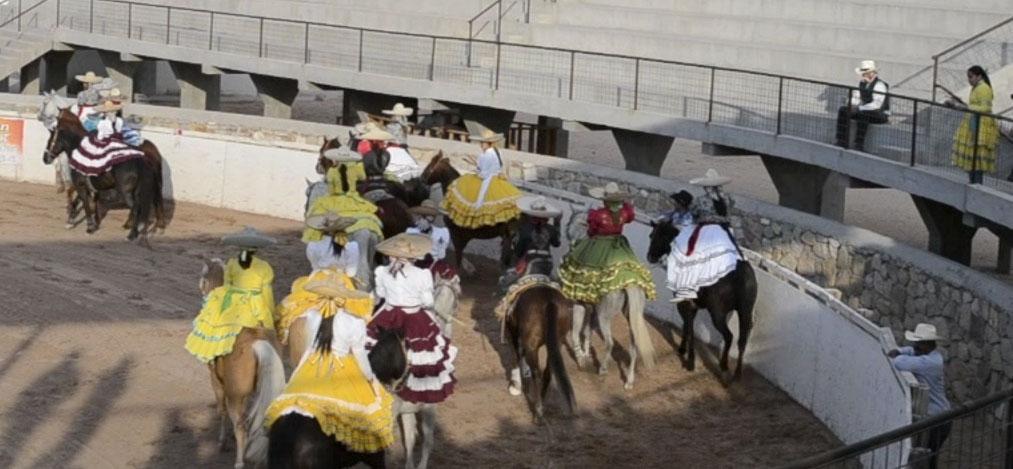 El vestido típico para competencias es el de Adelitas, pero también puede usarse el de charra. (Jessica Salcedo/Borderzine.com)