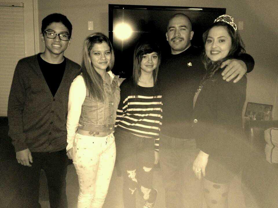 La familia Soltero-Lara en pleno, celebrando que Desiree volviera a caminar. (Cortesía de la familia Soltero-Lara)