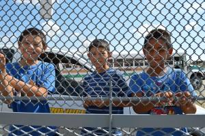 Los hermanitos Johan,10, e Irving, 11, sonríen cuando hablan de todas las cosas que harán cuando su padre les compre la visa que les prometió. (Vianey Alderete/Borderzine.com)