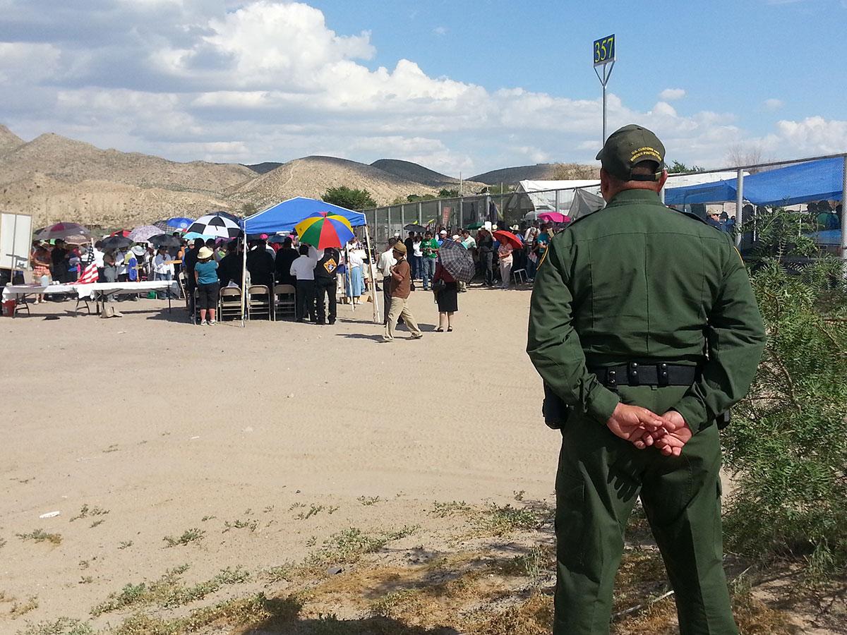 Border Patrol agents observed the event at Anapra. (Cristina Quinones/Borderzine.com)