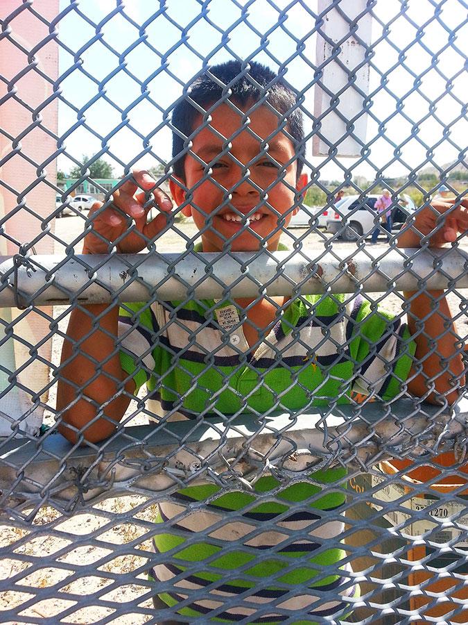 """Puedes tomarme una foto si me traes un dolar."" (Cristina Quinones/Borderzine.com)"