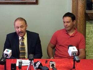 El abogado Carlos Spector (derecha) junto a Carlos Gutiérrez quien liderará un grupo de 50 ciclistas que llevarán hasta Austin el mensaje de Mexicanos en Exilio. (Luis Hernández/Borderzine.com)