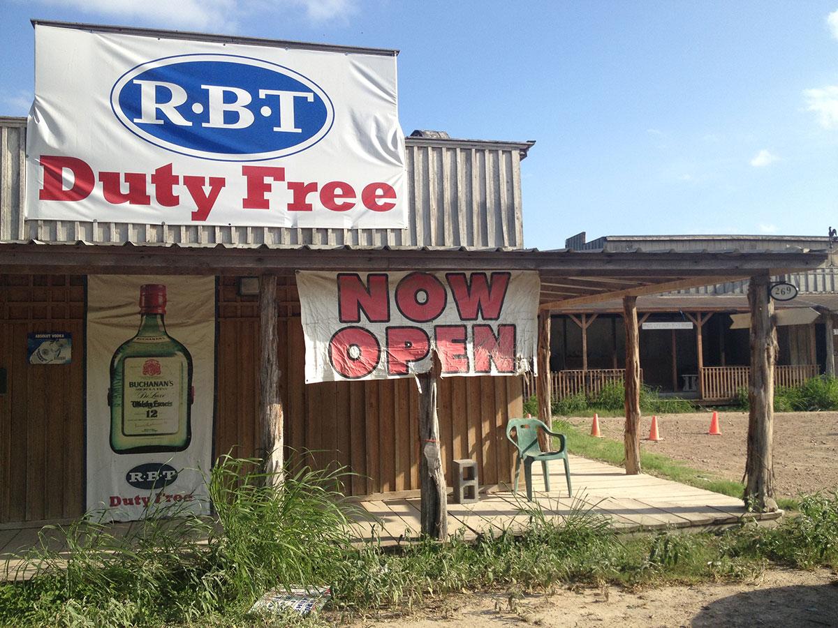 Una solitaria tienda de duty free en Los Ébanos, Texas. (Sergio Chapa/Borderzine.com)
