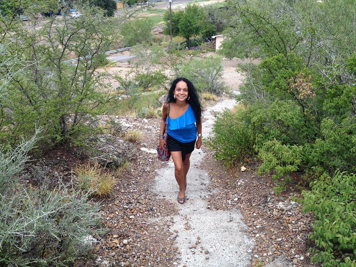 Lupita subiendo el Santa Cruz en Rio Grande City, Texas. (Sergio Chapa/Borderzine.com)