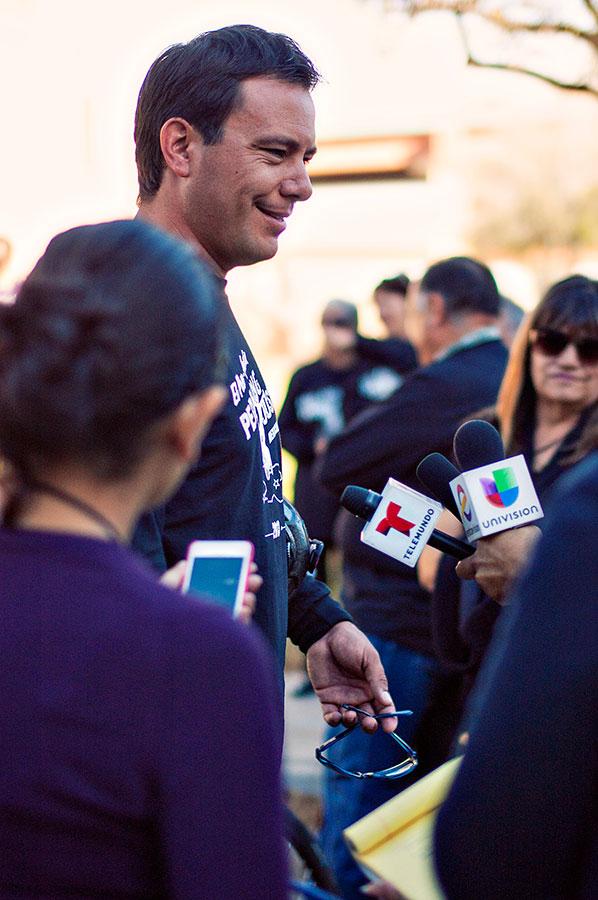 Carlos Gutierrez dando declaraciones antes de la partida oficial. (Alejandra Spector/Borderzine.com)