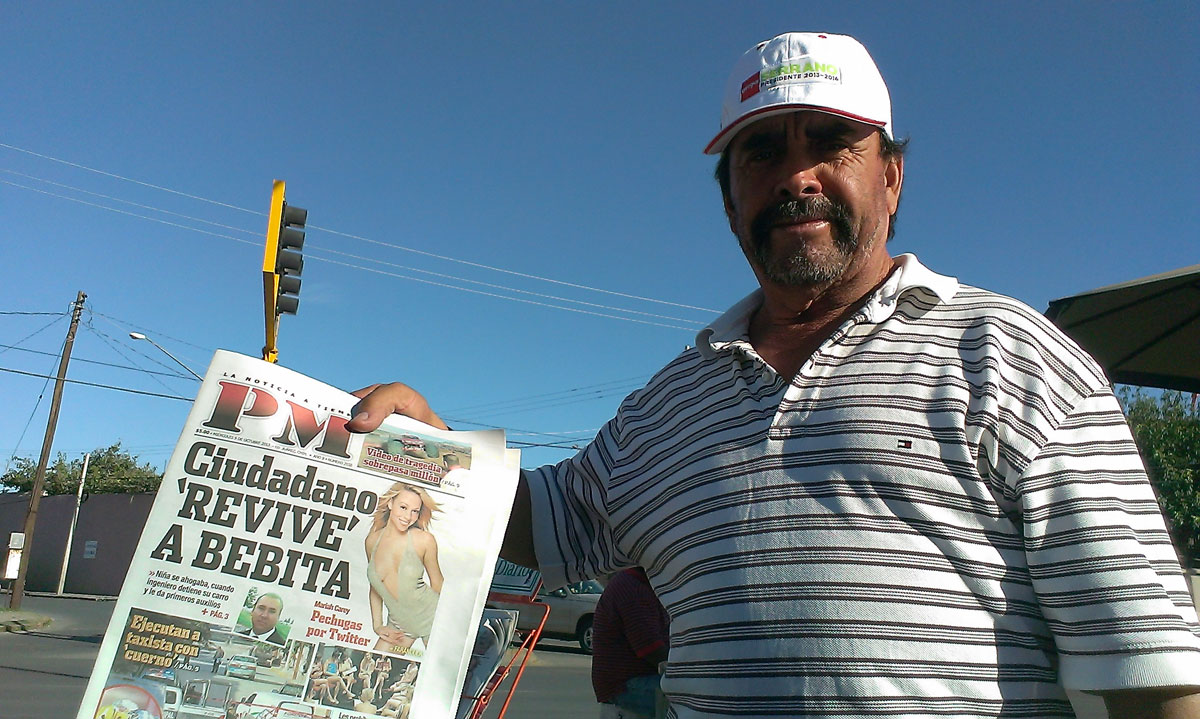 A newspaper vendor at Hermanos Escobar Ave in Ciudad Juarez. (Jaime Cervantes/Borderzine.com)