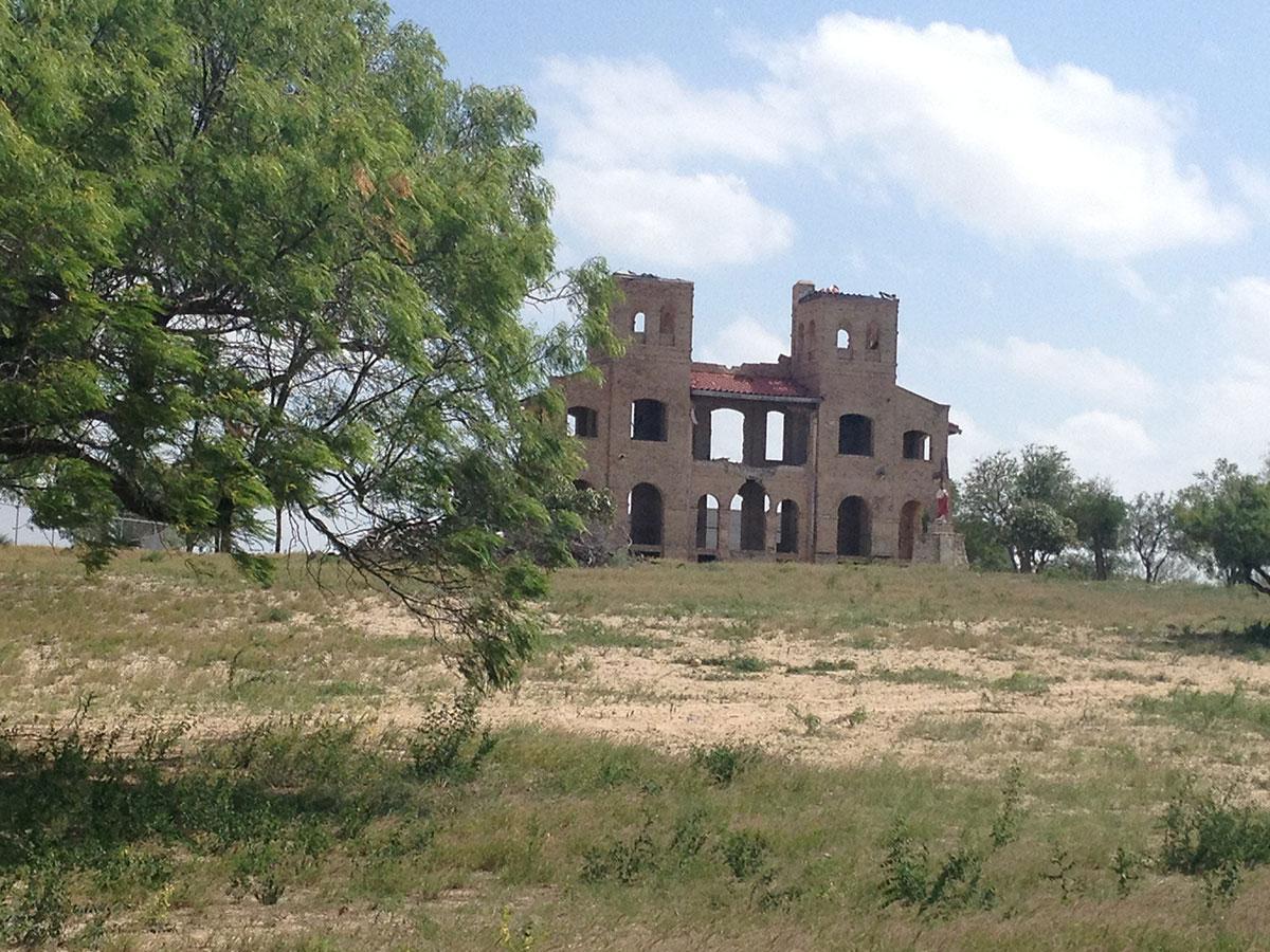 Las ruinas de la iglesia Las Lomitas, en Mission, Texas. (Sergio Chapa/Borderzine.com)