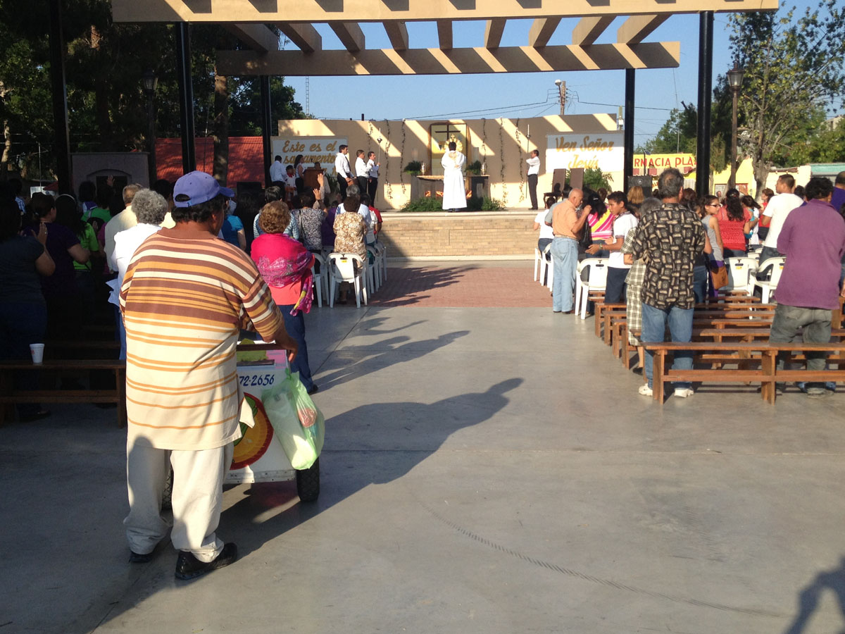 A Christian sect holds an afternoon service in Ciudad Acuña's main plaza.(Sergio Chapa/Borderzine.com)