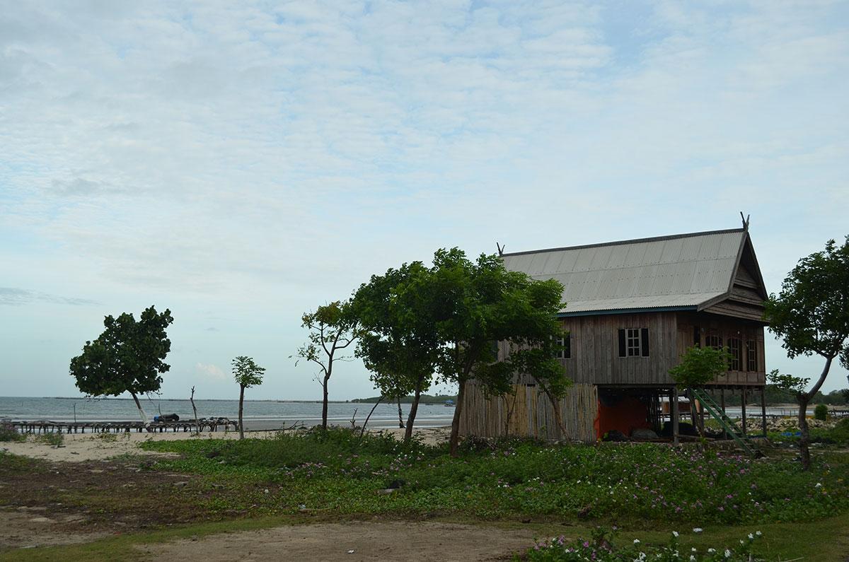 A house at the beach in Makassar, Sulawesi. (Valeria Hernandez/Borderzine.com)