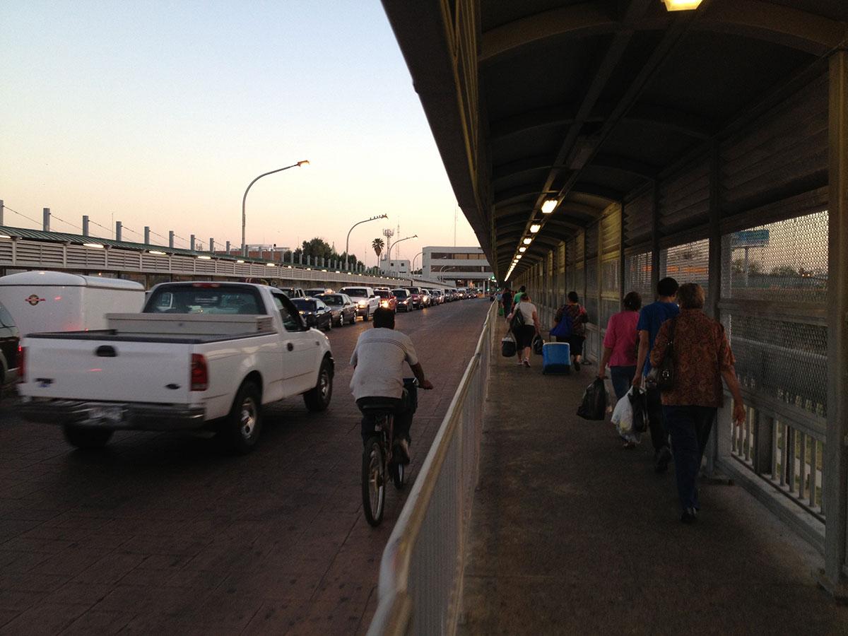 Peatones y autos se dirigen desde laredo texas a nuevo laredo tamaulipas