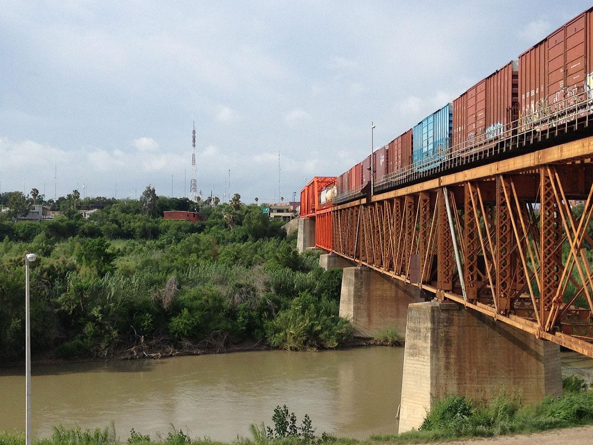 El puente ferroviario international entre Nuevo Laredo, Tamaulipas y Laredo, Texas. (Sergio Chapa/Borderzine.com)