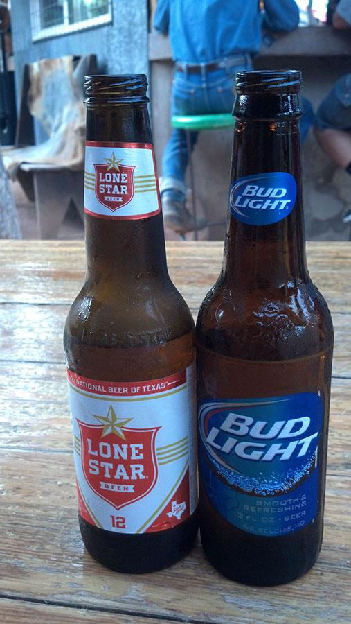 Disfrutando de cervezas americanas en Marfa. (Guadalupe Correa-Cabrera/Borderzine.com)