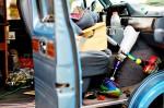 Joe conduce una van Dodge azul de 1990 y hace paradas cada cinco millas para asegurarse que los ciclistas del equipo tengan suficiente comida, agua y medicamentos. (Jacqueline Armendariz Reynolds/Borderzine.com)
