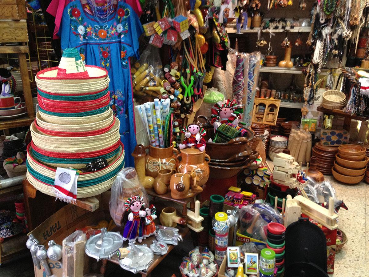 Recuerdos y artesanías acumulan polo en una tienda sin turistas en el centro de Nuevo Laredo, Tamauilpas. (Sergio Chapa/Borderzine.com)