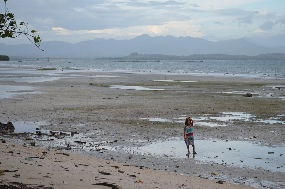 Little girl on the coast of Sulawesi, Indonesia. (Valeria Hernandez/Borderzine.com)