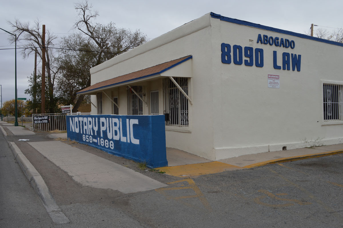 It is not uncommon to find notary services advertised with legal advice in El Paso, even though it is prohibited. (Vianey Alderete/Borderzine.com)
