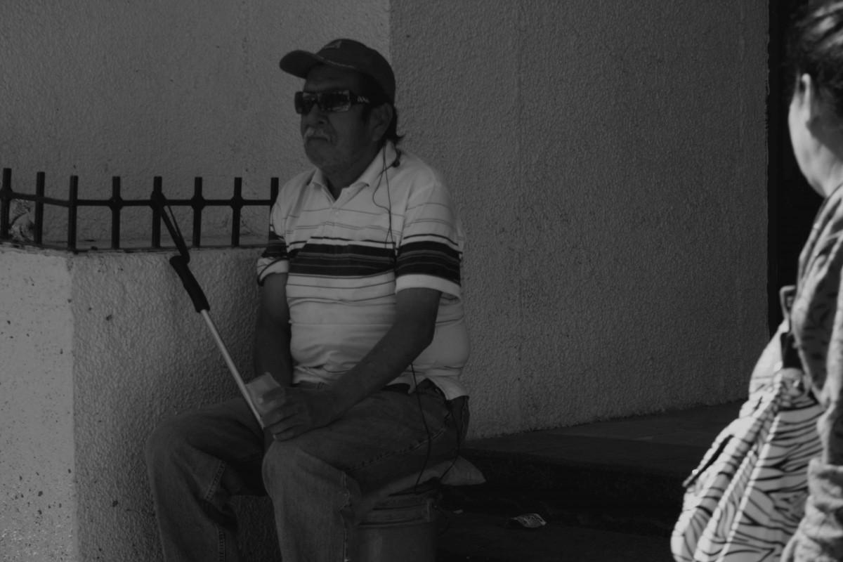 Armando Martínez canta en una avenida del centro de Ciudad Juárez para ganarse la vida. (Jazmín Cano/Borderzine.com)