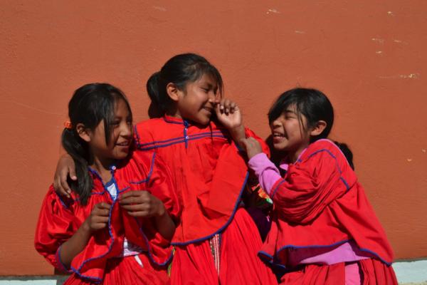 Alumnas de la Escuela Bilingüe Tarahumara portando el uniforme durante receso.