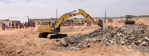 A crowd watches as an Alamogordo, N.M. landfill is excavated in search of infamous video games. Photo by Carlos Corral.