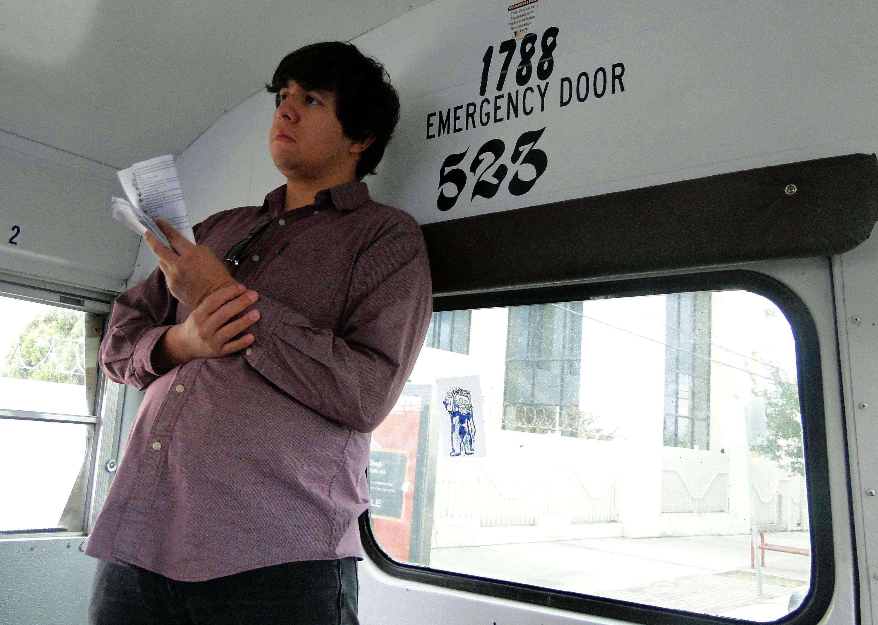 Michell Vázquez espera a leer una sección de la lectura. Photo credit: Fredesvinda Rojas