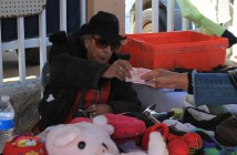 Bertha Heleno Villa, de 81 años, afirma tener aproximadamente 44 años vendiendo en las segundas que circundan la iglesia San Pedro y San Pablo.