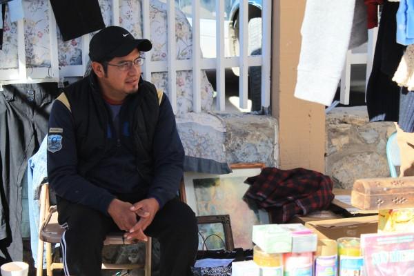 Rafael Martínez lleva más de ocho años vendiendo cosas nuevas y usadas en varios mercados de segunda de la ciudad.