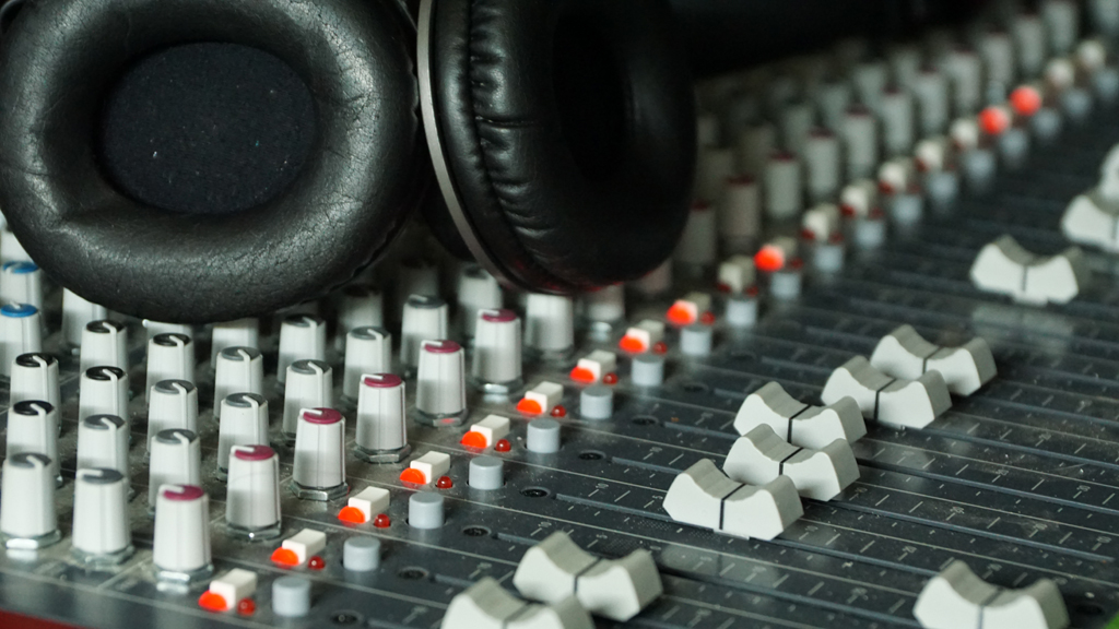Superb How To Set Up A Home Recording Studio With These 5 Basic Items Largest Home Design Picture Inspirations Pitcheantrous