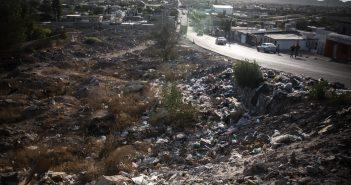 El crecimiento demográfico de Juárez, acelerado por la instalación de centenares de fábricas maquiladoras, no fue acompañado por una extensión de los servicios públicos de la ciudad. Foto cortesía de Damià S. Bonmatí, Univision