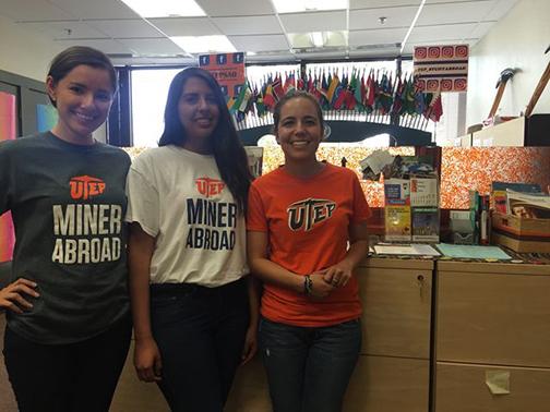 Carolina Terán (derecho) es la encargada de el programa de Study Abroad con la asistencia de Selene Gómez y Itza Rodríguez, Photo credit: Isabel Pizarro